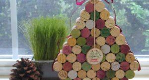 5. Cây thông Noel bằng nút chai rượu vang: Những chiếc nút chai sâm-banh này lại có thể giúp bạn trang trí cho ngôi nhà của mình trong những ngày noel. Một ý tưởng độc đáo để tái chế những chiếc nút chai trong nhà bạn.