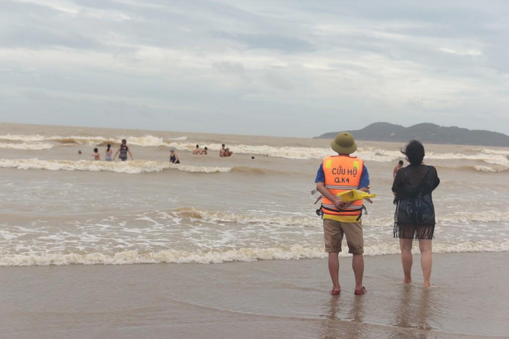Biển Cửa Lò đông đúc khách du lịch sau bão Sơn Tinh - Ảnh 5.