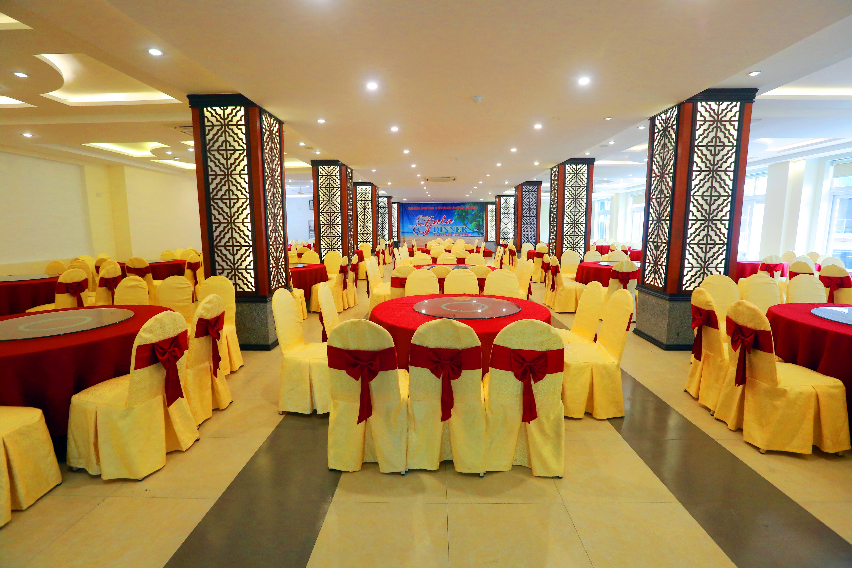 Phòng ăn 2 tầng có 500 chỗ ngồi