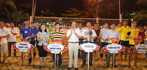 Đ/c Lê Thanh Long- Phó bí thư thường trực thị ủy và Nguyễn Thị Dung- Phó chủ tịch UBND TX, trao cớ lưu niệm cho các đơn vị