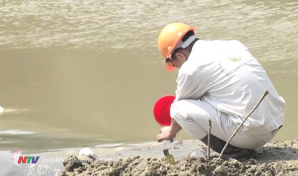 Đoàn công tác Sở TN&MT tiến hành lấy mẫu tại đất và nước tại nơi xảy ra vỡ đập và dọc khe suối chảy qua địa bàn 3 xã Châu Thành, Châu Cường và Châu Quang