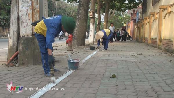 TP Vinh kẻ vạch trên các tuyến phố để lấy vỉa hè cho người đi bộ