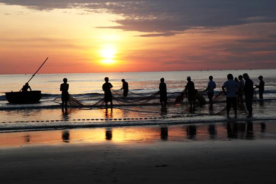 Ngắm bình minh trên biển và trải nghiệm kéo lưới với dân chài