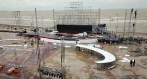 Cận cảnh công tác dàn dựng sân khấu chung khảo HHVN sau bão Sơn Tinh - ảnh 16