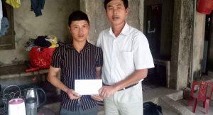 Đồng chí Chế Đình Hiệp trao tiền ủng hộ cho gia đình hộ nghèo gặp tai nạn, rủi ro