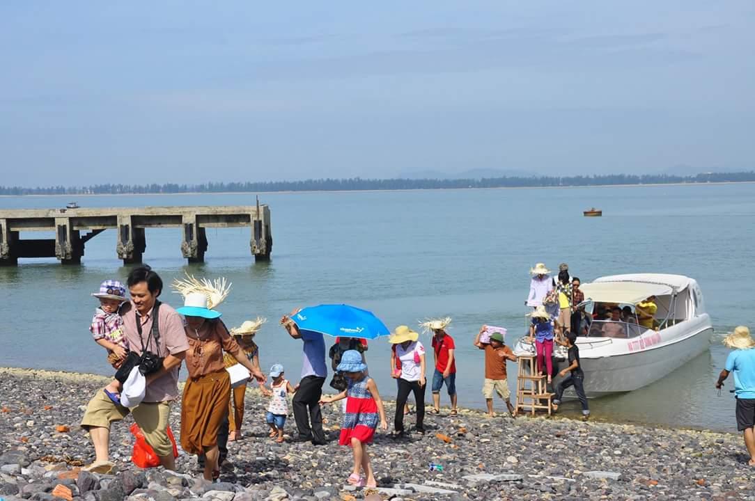 du khách tham quan đảo ngư