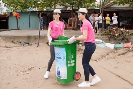 thí sinh hoa hậu VN dọn dẹp biển Cửa Lò sau bão