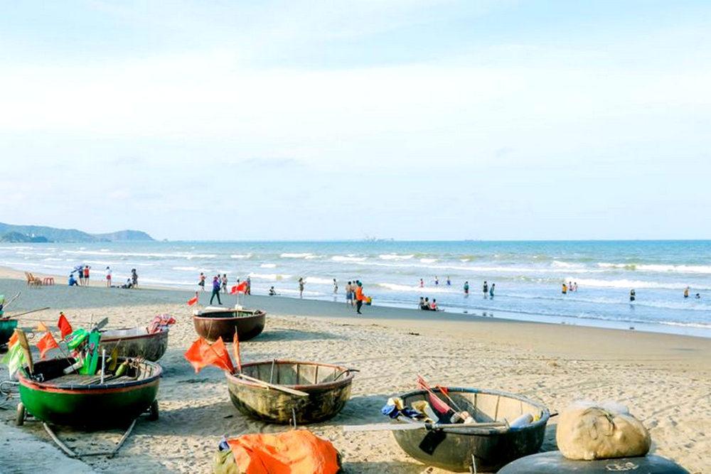 Du khách thoải mái tận hưởng ngắm biển và tắm biển.
