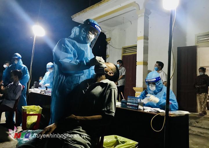 Nhân viên y tế lấy mẫu xét nghiệm cho người dân xã Trung Phúc Cường.